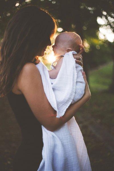 Schwangere und stillende Mütter müssen ihr Kind und sich selbst mit Eisen versorgen, gehören deswegen zu den Eisenmangel Risikogruppen